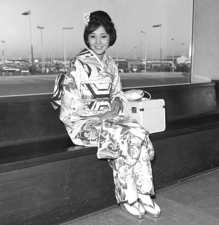 Miss Japan Teruko Ikeda wears a traditional kimono in 1962
