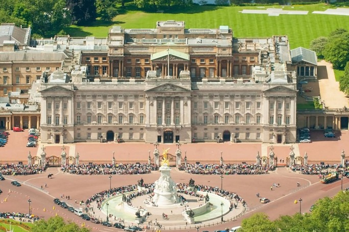 10 most insanely expensive homes around the world ewmoda for Does buckingham palace have a swimming pool