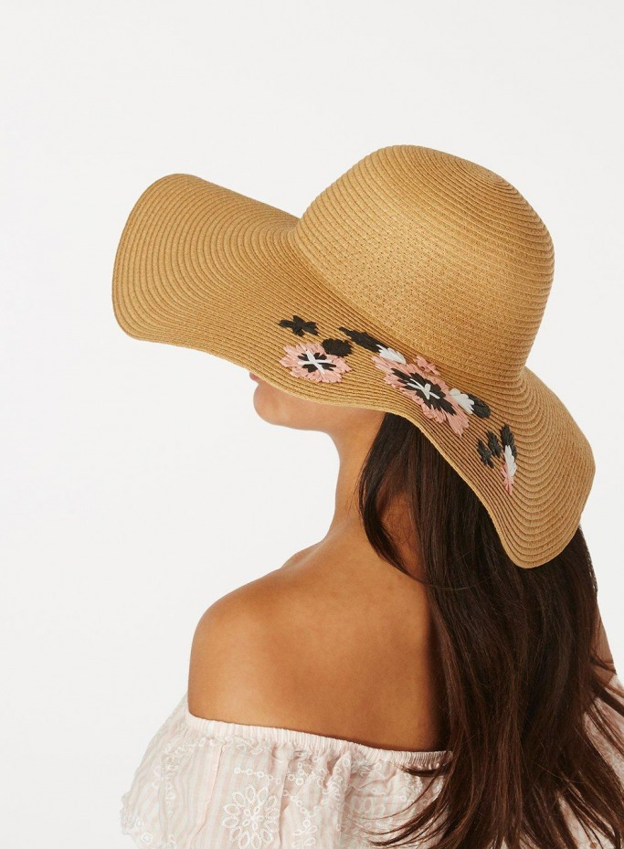 Summer straw hat trend