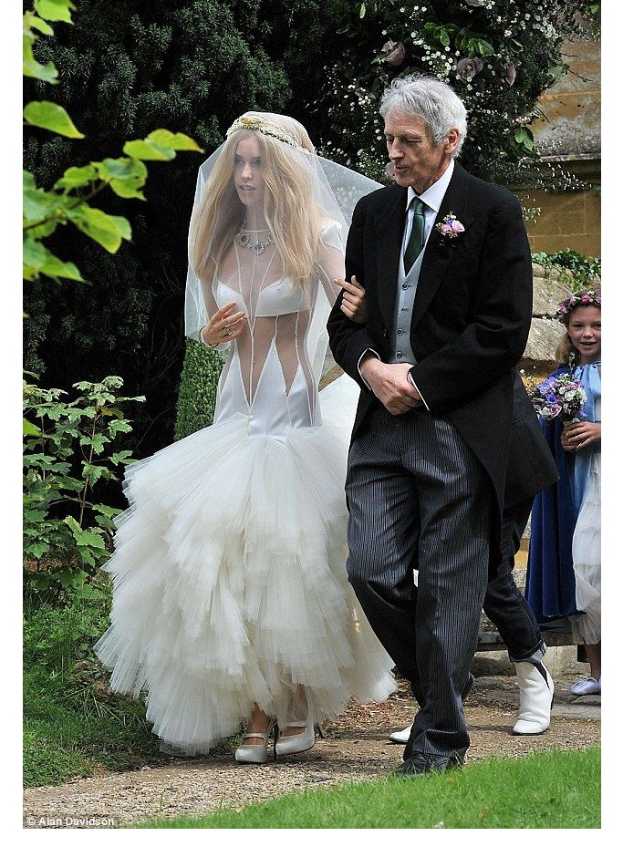 10 Celebrity Wedding Dress Disasters | ewmoda